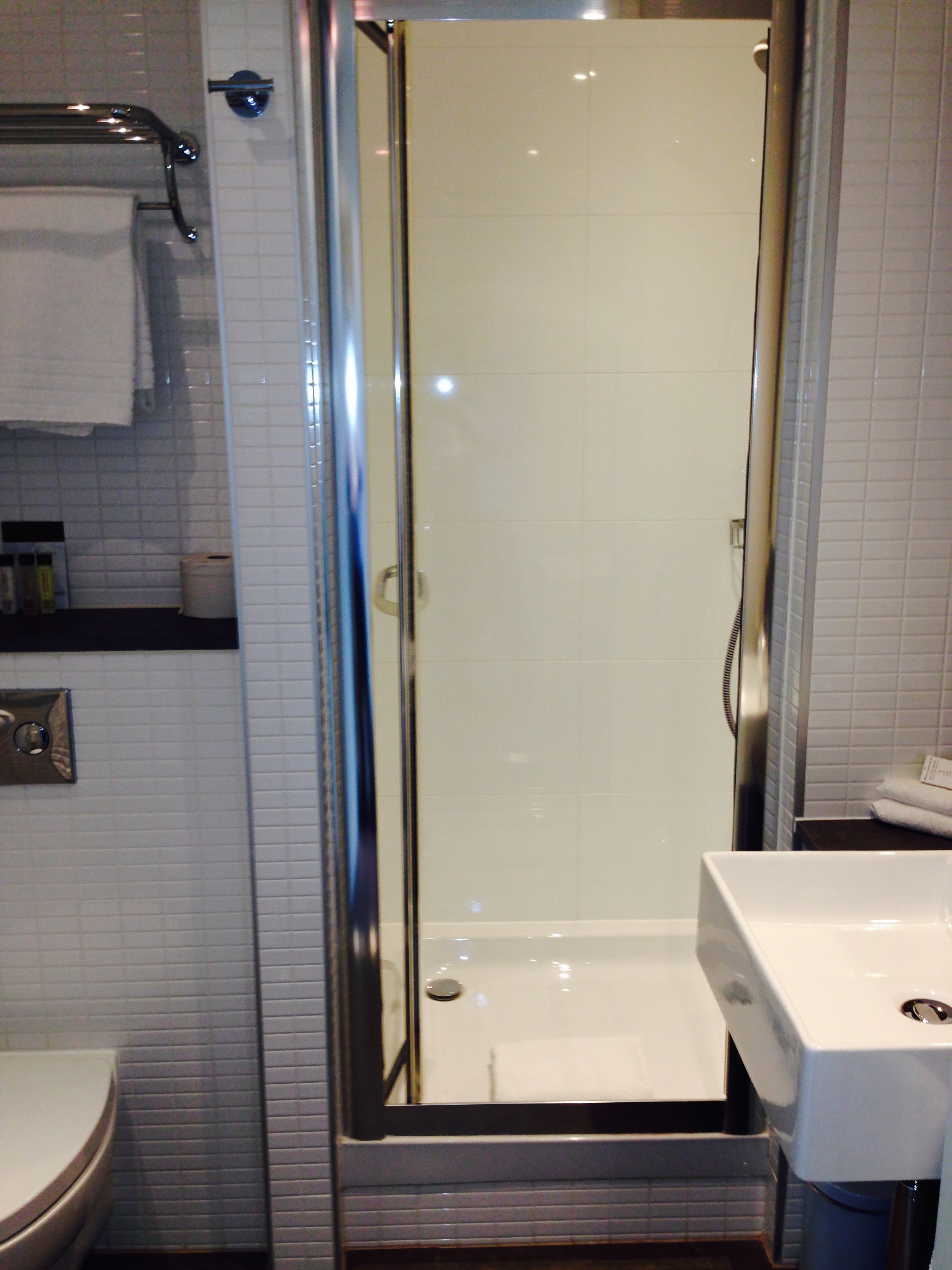 Doubletree by Hilton Amsterdam Centraal Station Bathroom Shower