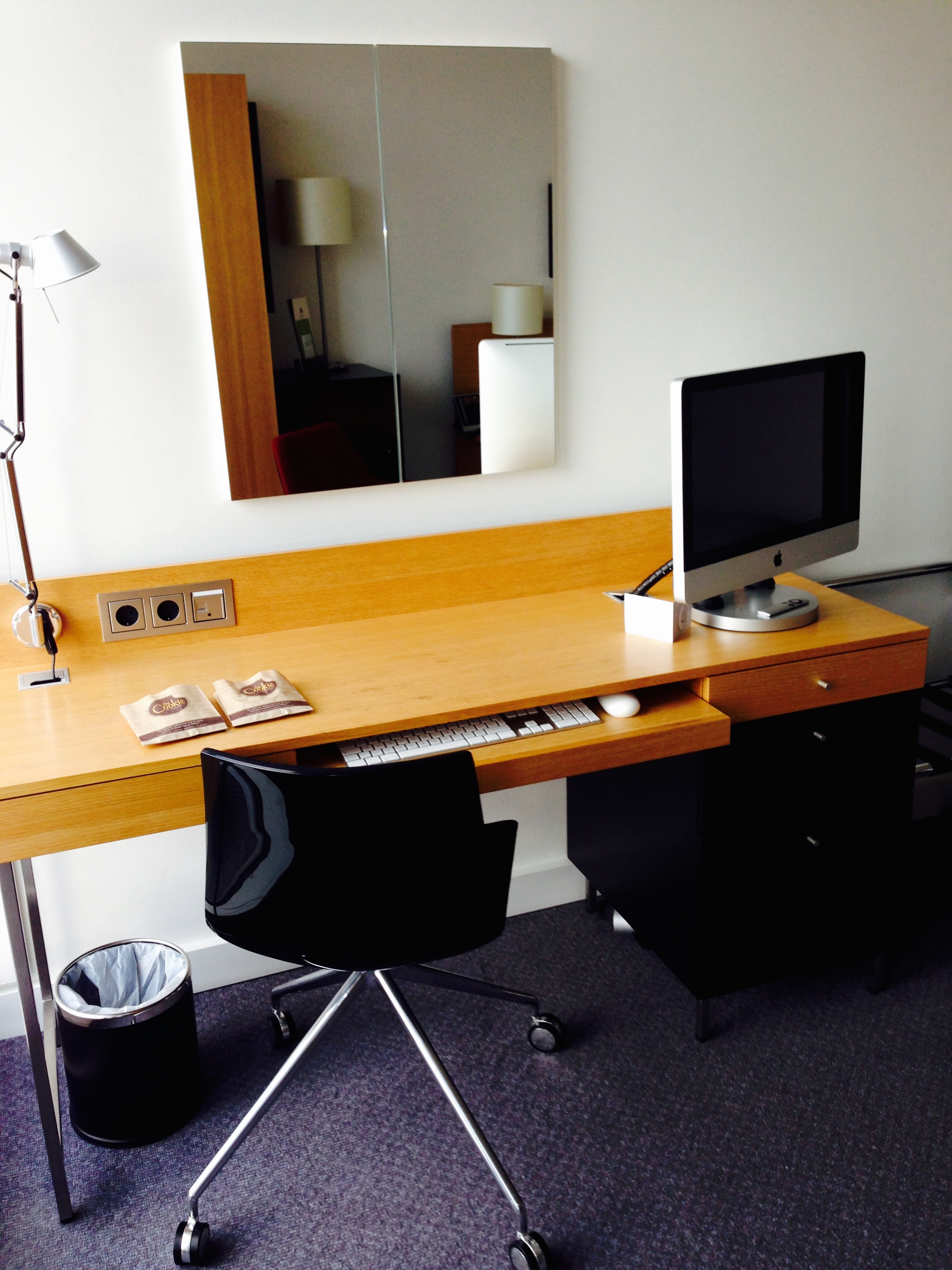 Doubletree by Hilton Amsterdam Centraal Station Desk and Work Area